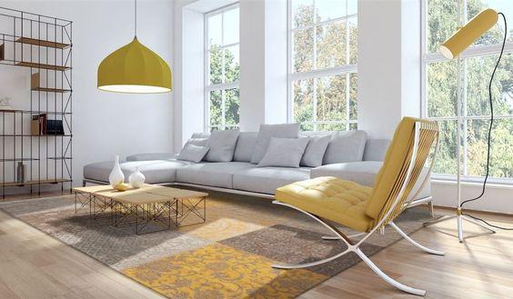 Ruang keluarga warna kuning dengan karpet berpola persegi, via therugseller.co.uk