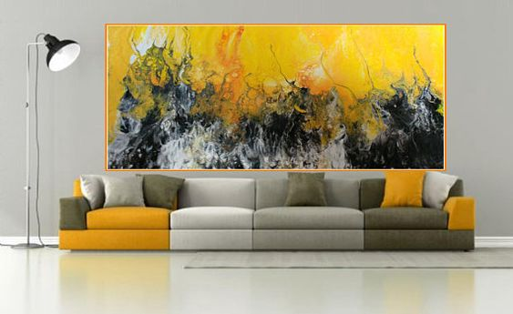 Ruang keluarga dengan dekorasi dinding nuansa kuning, via etsy.com