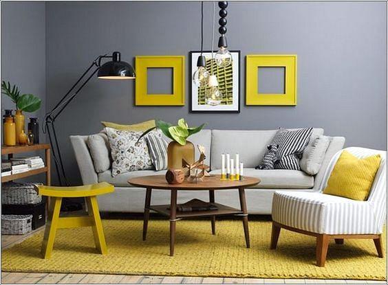 Ruang keluarga dengan dekorasi dinding bingkai kuning, via digsdigs.com
