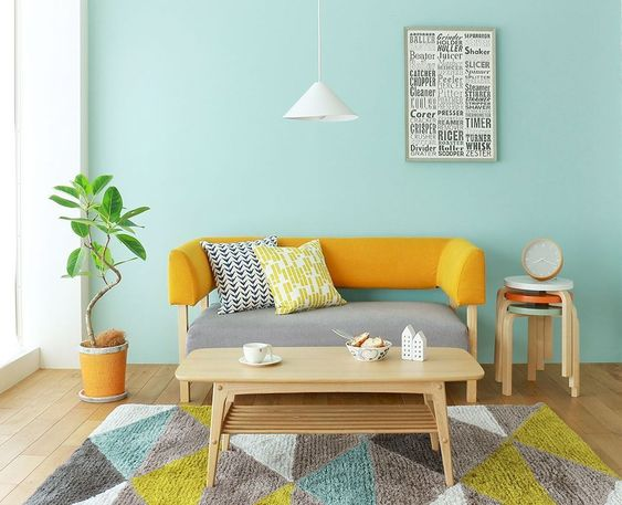 Ruang keluarga warna kuning dengan sandaran sofa sebagai focal point, viaelonahome.com