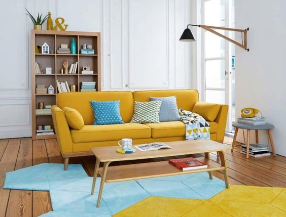 Ruang keluarga warna kuning dengan karpet berpola geometris // zomantidecopics.site