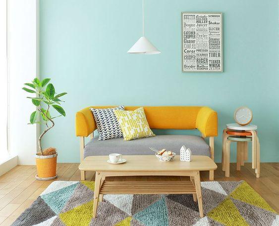 Ruang keluarga warna kuning dengan sandaran sofa sebagai focal point // elonahome.com