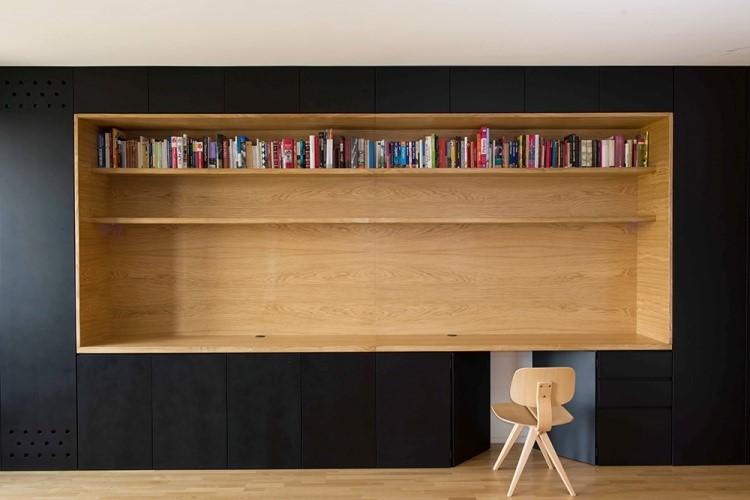 Rak penyimpanan sekaligus meja karya Arhitektura d.o.o // architizer.com