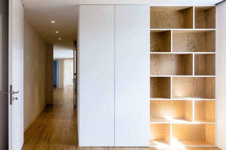 Rak dan lemari pada dinding pembatas karya Sofia Granjo // architizer.com