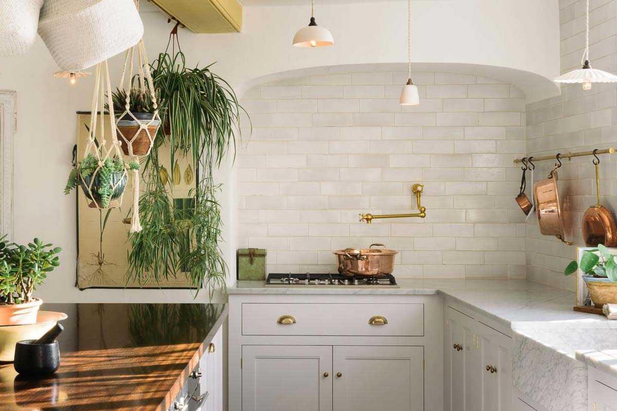 Desain tanaman gantung untuk dekorasi dapur, karya deVol Kitchens // decoist.com