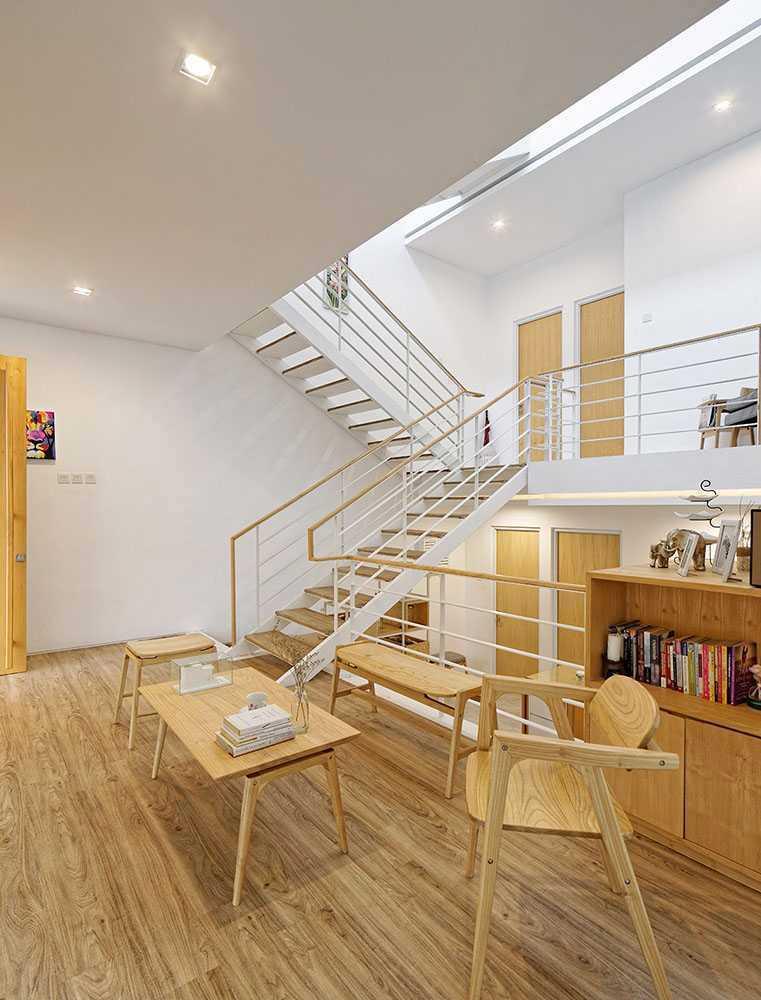 Ruang belajar bernuansa serba kayu di Splow House karya Delution Architect // arsitag.com