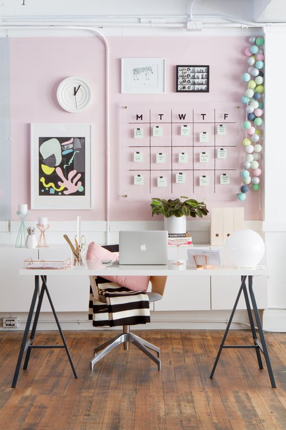 Ruang belajar pink pastel yang imut namun berkesan dewasa// essenziale-hd.com