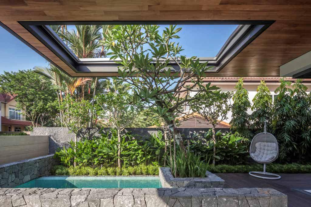 Taman semi tertutup dengan pohon tinggi, karya Wallflower Architecture + Design // architizer.com