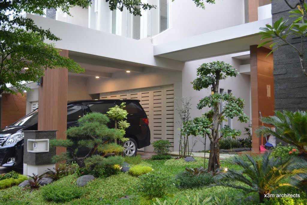 Taman tropis yang asri di samping carport, karya X3m architects // arsitag.com
