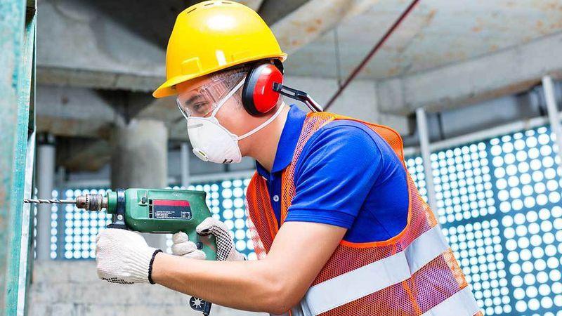 Sarung tangan dan masker wajib untuk pekerja, via chicagotribune.com