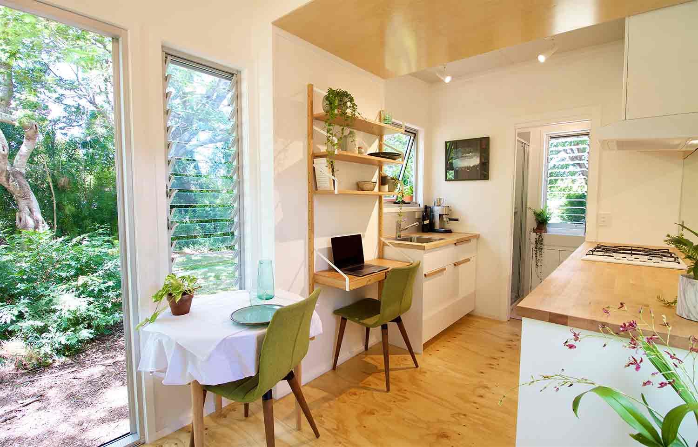 Dapur dengan rak meja untuk bekerja // tinyhousecompany.com.au