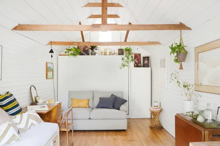 Desain interior attic serba putih karya Esteban Cortez // apartmenttherapy.com