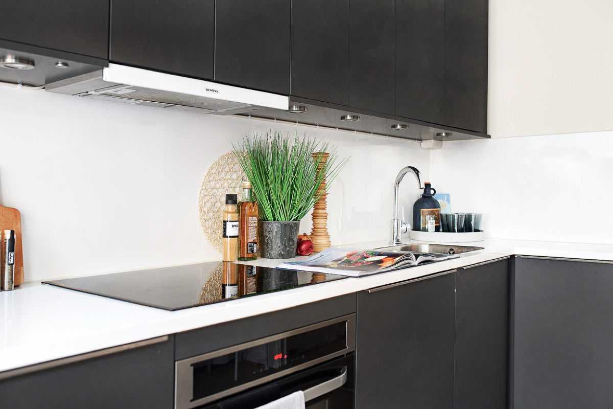 Kitchen set yang memberi sentuhan modern di apartemen studio minimalis // home-designing.com