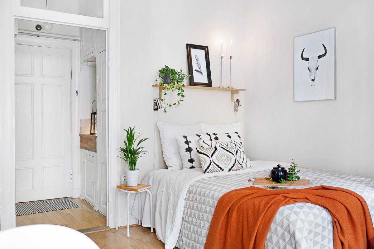 Tempat tidur sudut yang cozy di apartemen studio minimalis // home-designing.com