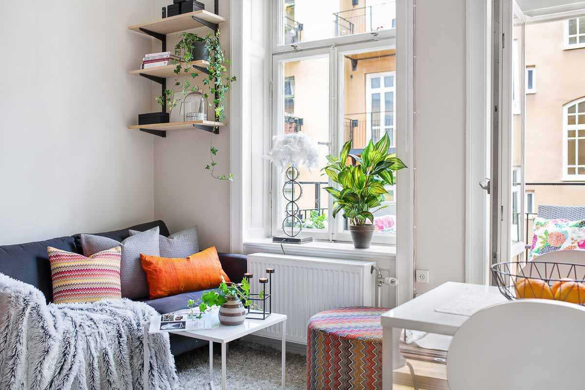 Sofa kecil yang nyaman di samping jendela balkon // home-designing.com