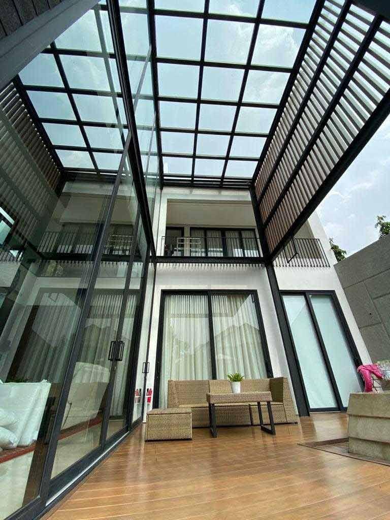 Teras dengan atap kaca // Arsitag.com