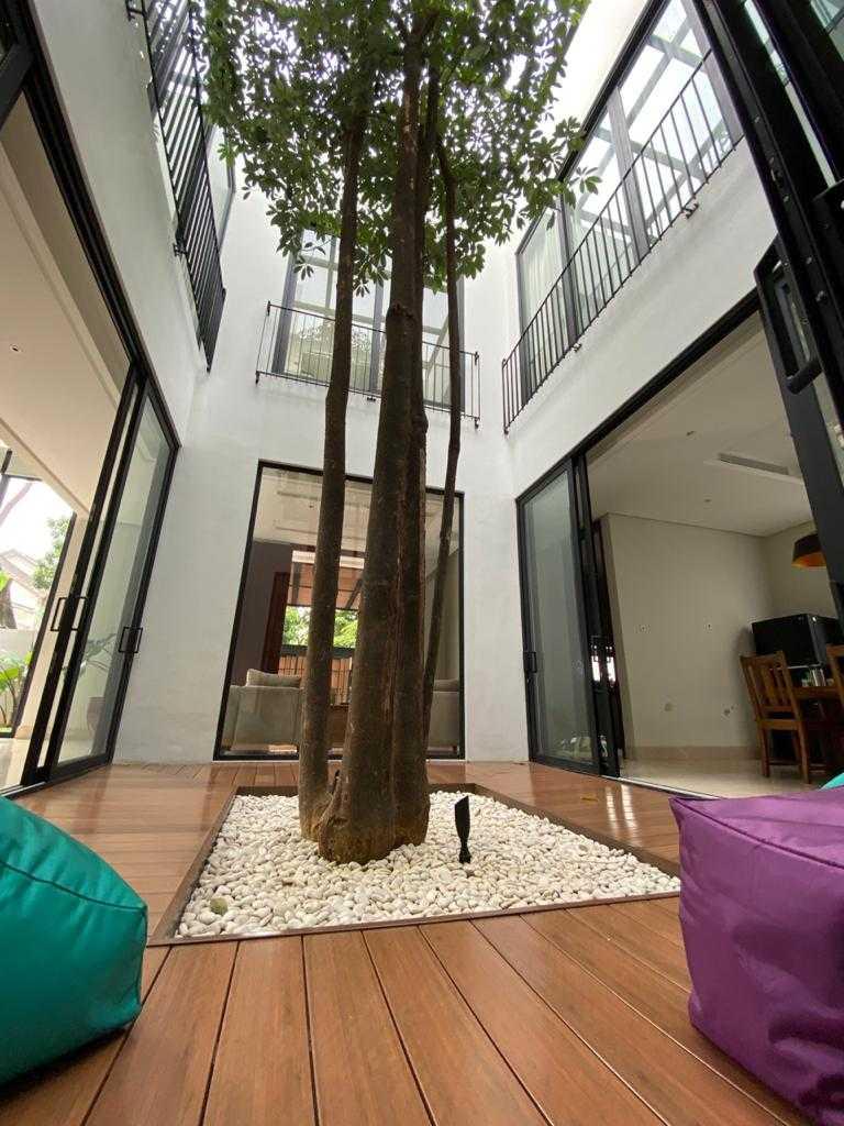 Void untuk courtyard dengan pohon yang tinggi // Arsitag.com