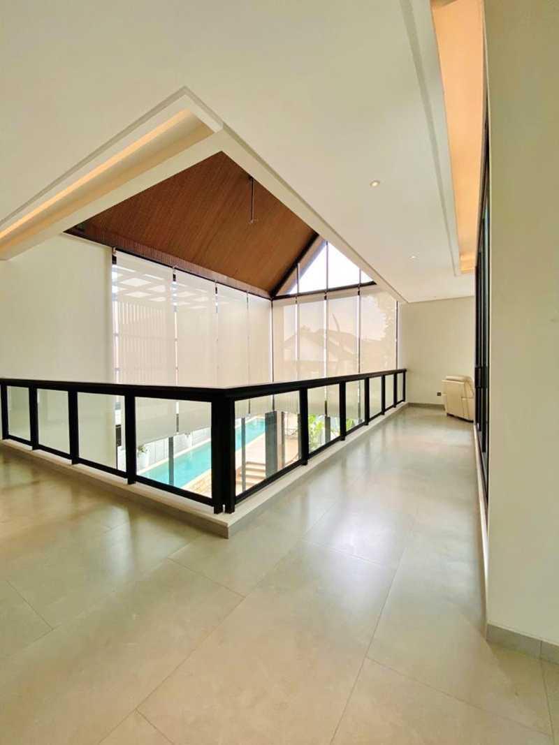 Penggunaan material kaca membuka akses cahaya ke penjuru rumah // Arsitag.com