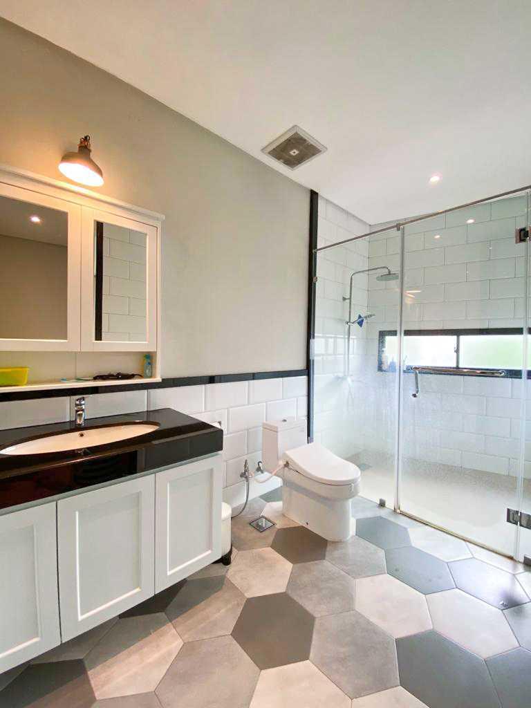 Kamar mandi dengan shower room dengan bukaan kaca yang mempersilakan masuknya cahaya alami // Arsitag.com