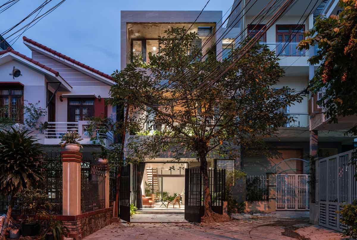 Fasad rumah tropis yang tampak sangat minimalis karya H.a Workshop // archdaily.com