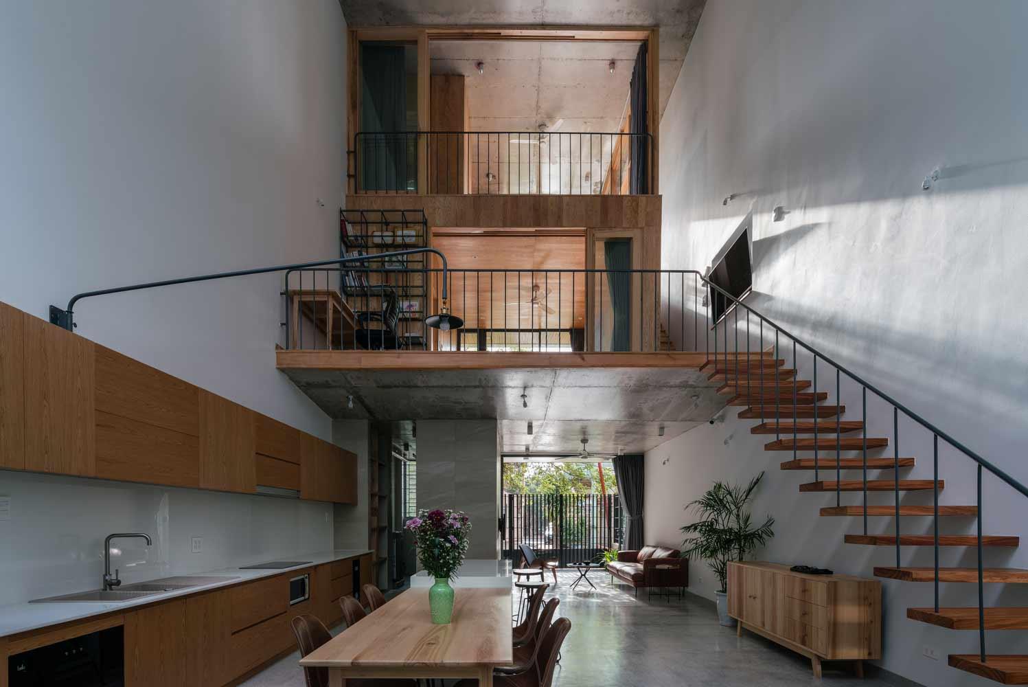 Interior rumah tropis minimalis yang menggunakan banyak struktur kayu, karya H.a Workshop // archdaily.com