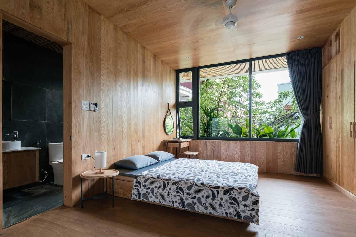 Kamar tidur bergaya tropis minimalis yang tampak sangat sejuk, karya H.a Workshop // archdaily.com