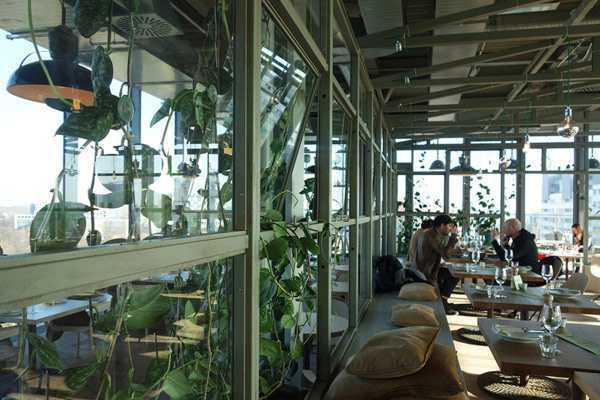 Restoran yang dikelilingi jendela menyajikan indahnya pemandangan kota, karya Werner Aisslinger // design-milk.com