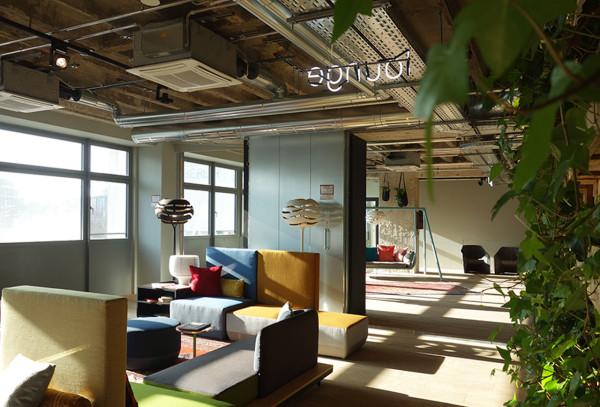 Lounge hotel dilengkapi sofa unik dengan permainan warna, karya Werner Aisslinger // design-milk.com