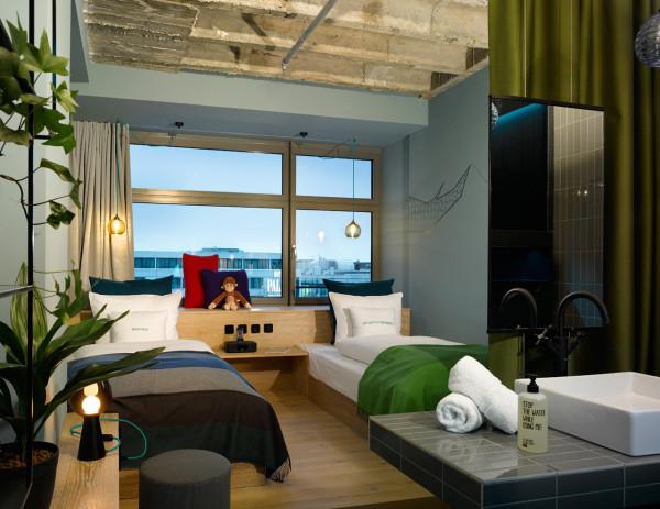 Kamar tidur hotel karya Werner Aisslinger // design-milk.com