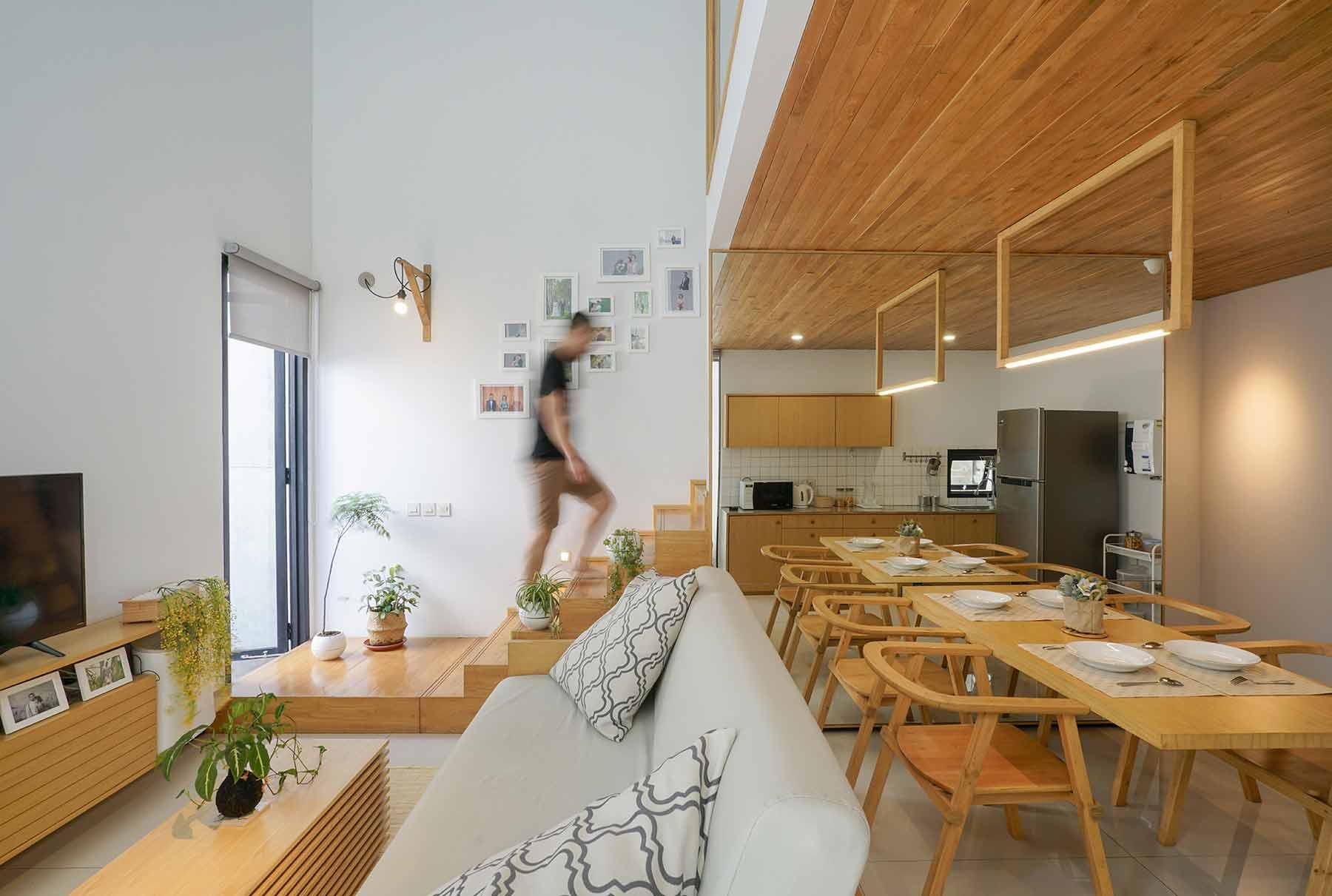 Desain ruang keluarga menyatu dengan ruang makan // arsitag.com
