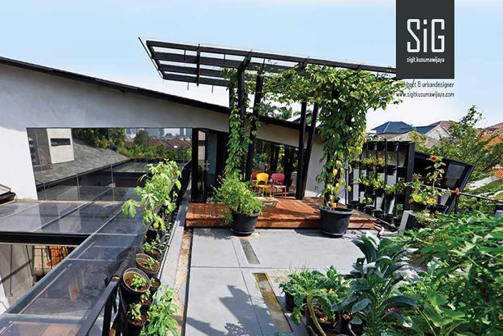 Atap hijau karya Sigit Kusumawijaya // arsitag.com