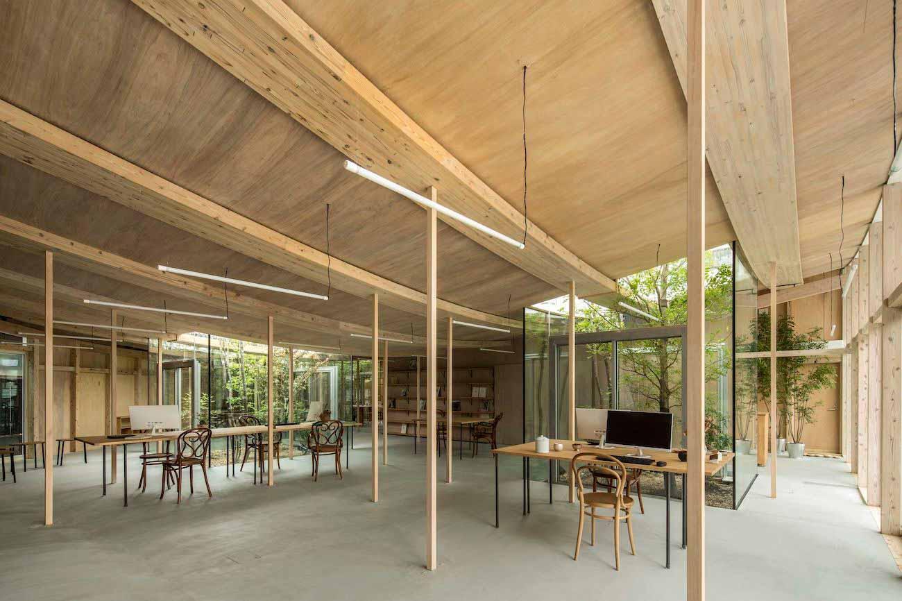 Interior ruang kerja didominasi material kayu di Sanno's Office karya Studio Velocity, via design-milk.com