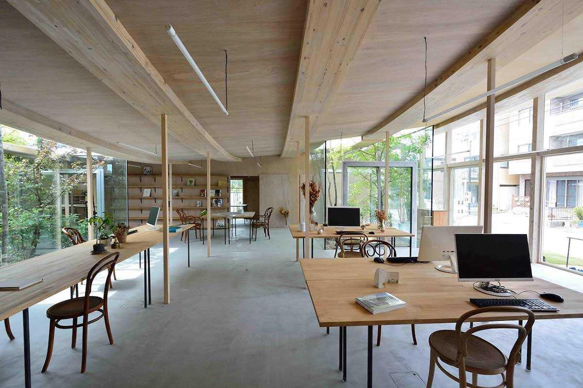 Interior antar ruangan yang saling menyatu di Sanno's Office karya Studio Velocity // design-milk.com