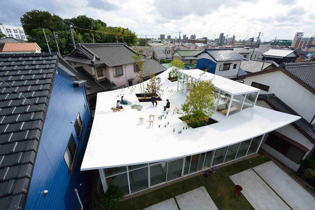 Rooftop yang menjadi daya tarik utama Sanno's Office karya Studio Velocity // design-milk.com