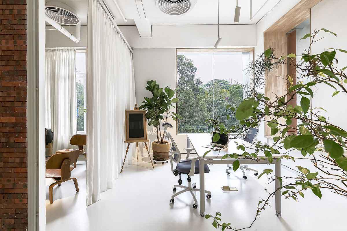 Jendela besar yang membuat ruangan dilimpahi cahaya alami // decoist.com