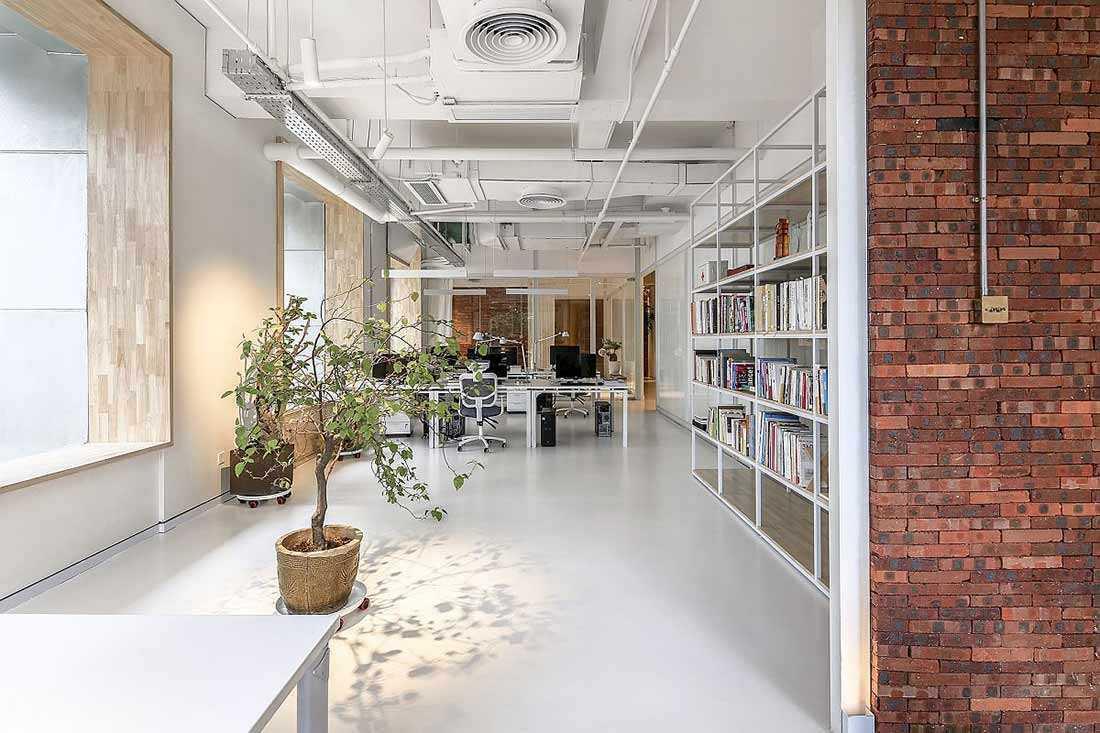 Kombinasi Bata Ekspos, Ruang Serba Putih, dan Tanaman Hijau untuk Kantor Super Keren | Foto artikel Arsitag