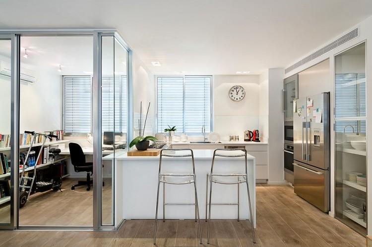 Ruang kerja di dapur dipisahkan dengan partisi kaca karya Davidie Rozin Architects // decoist.com