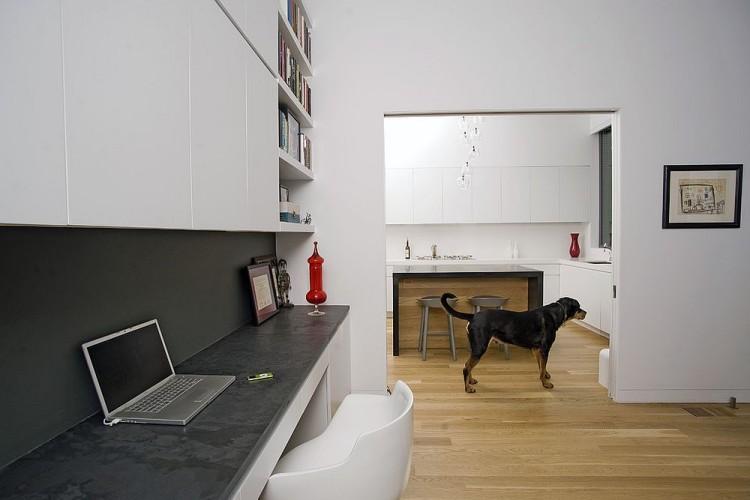 Ruang kerja di sebelah dapur karya Todd Davis Architecture // decoist.com