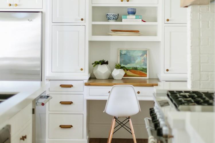 Dapur dan ruang kerja minimalis karya Erin and Kristen // houseofjadeinteriors.com