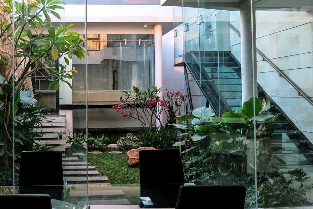 Courtyard mid-century modern karya Arnold Iskandar G Intan // arsitag.com