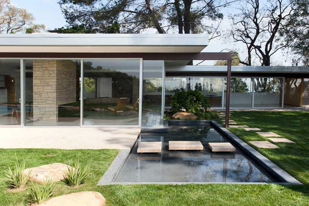 Kolam minimalis di taman mid-century modern karya Richard Neutra // studiotimcampbell.com