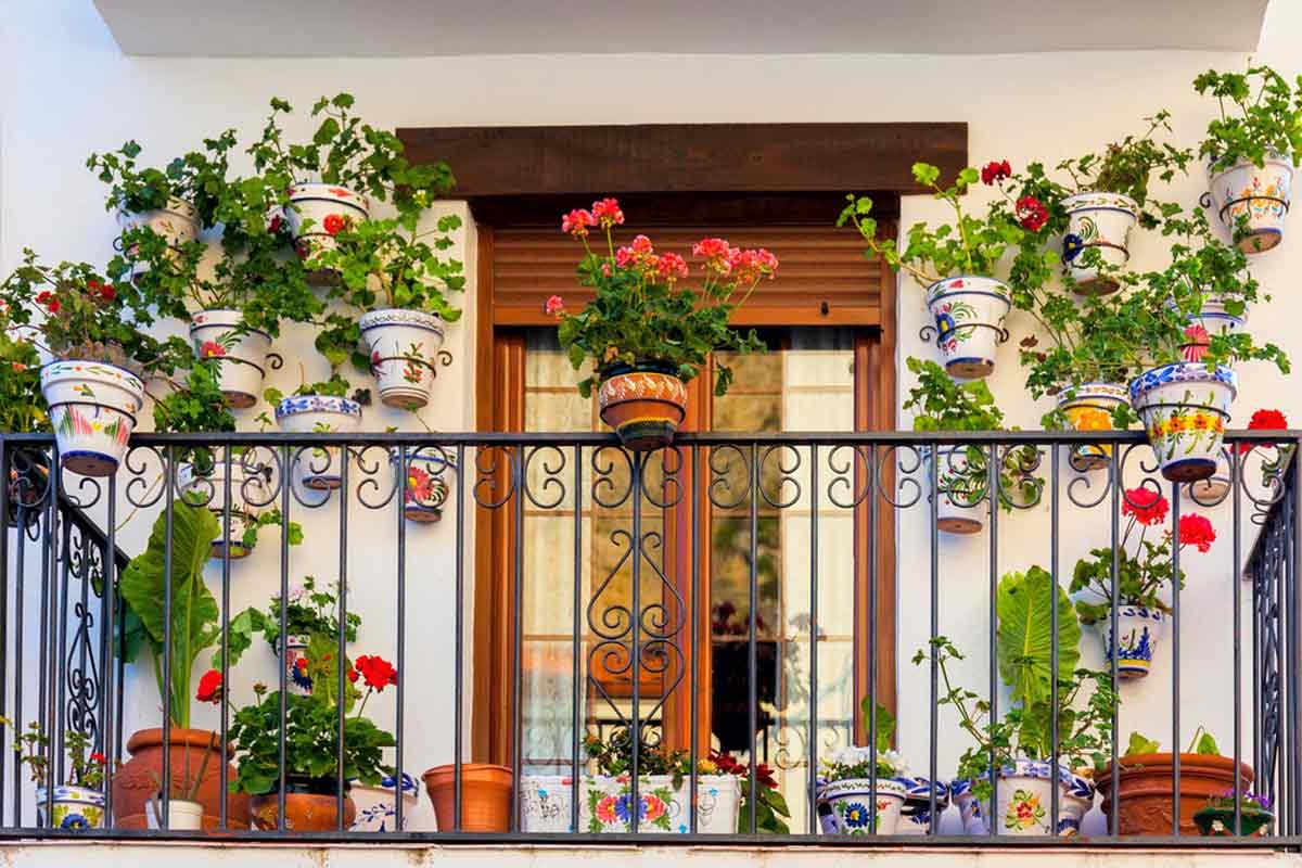 Taman balkon dengan pot tanaman di pagar, karya CLV Group // decoist.com