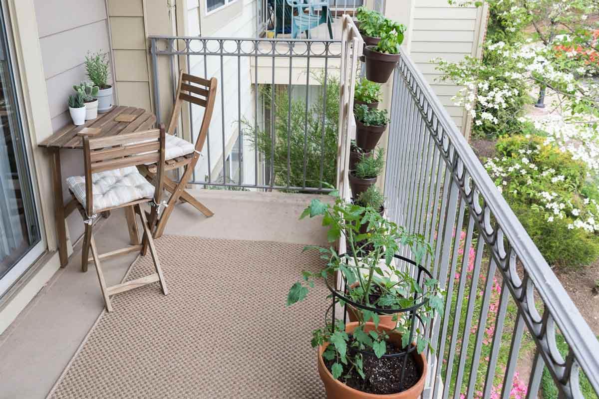 Taman balkon dilengkapi kursi santai mini, karya Brittany Goldwyn // decoist.com