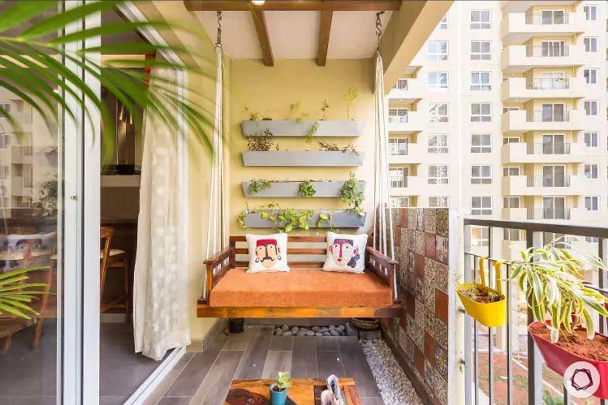Taman balkon dengan kursi gantung, karya Livspace Homes // livspace.com