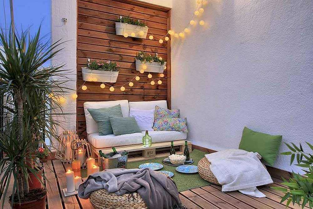 Taman balkon dilengkapi tempat bersantai seperti ruang keluarga, karya Decora y Vende // architeworks.com