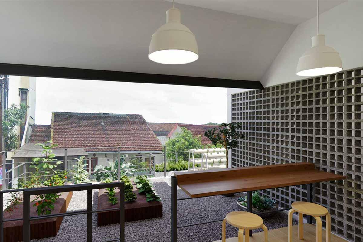 Taman balkon dengan wadah tanam, karya Hiji Dua Studio Arsitektur // arsitag.com