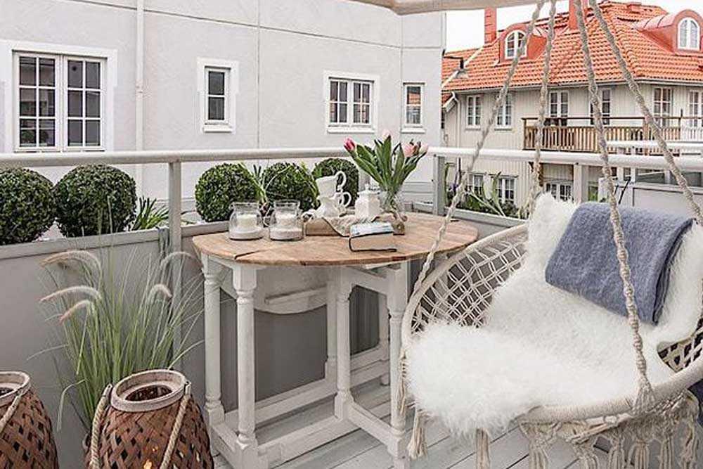 Taman balkon bernuansa putih abu-abu, karya Planet Deco // hunker.com