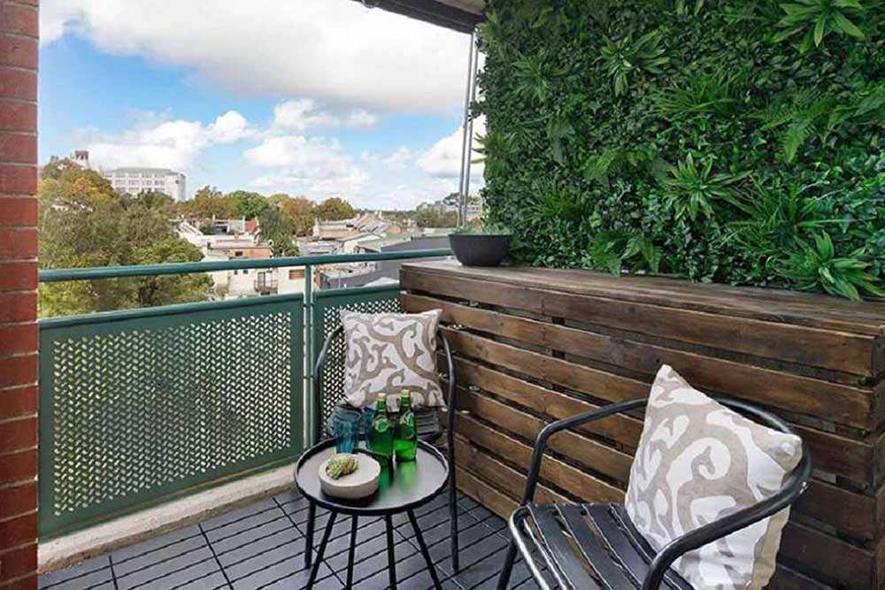 Taman balkon dihiasi taman vertikal hijau lebat, karya Evergreen Walls Australia // architectureanddesign.com.au
