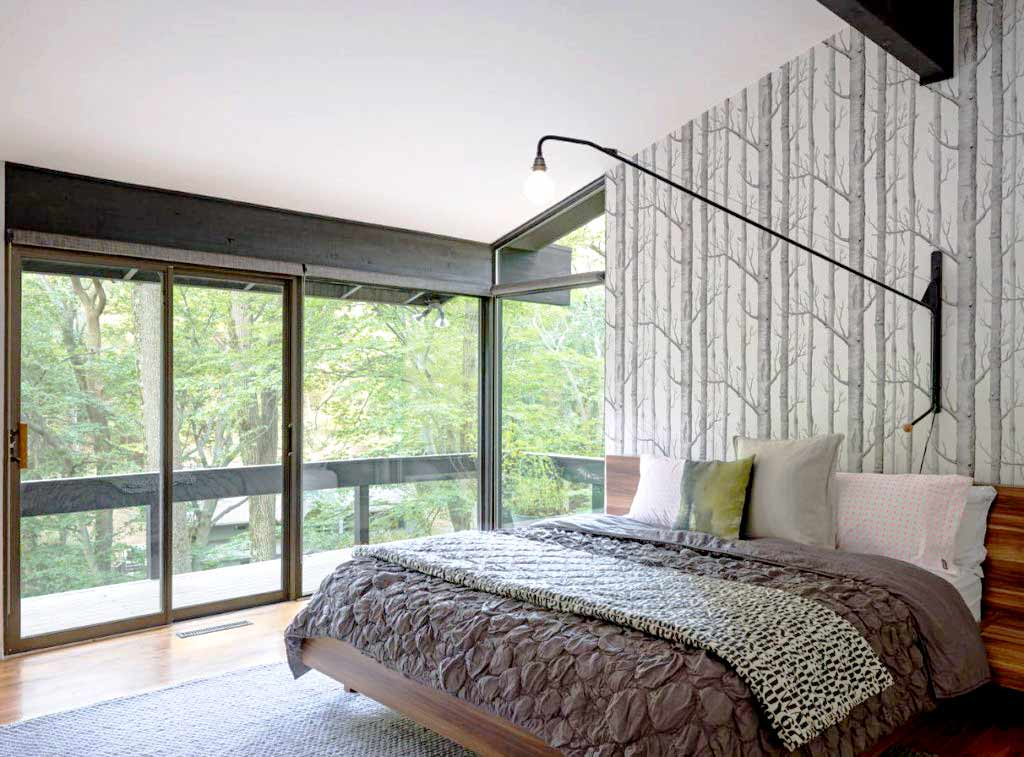 Kamar tidur bergaya mid-century modern yang kaya unsur alam, viahomedit.co