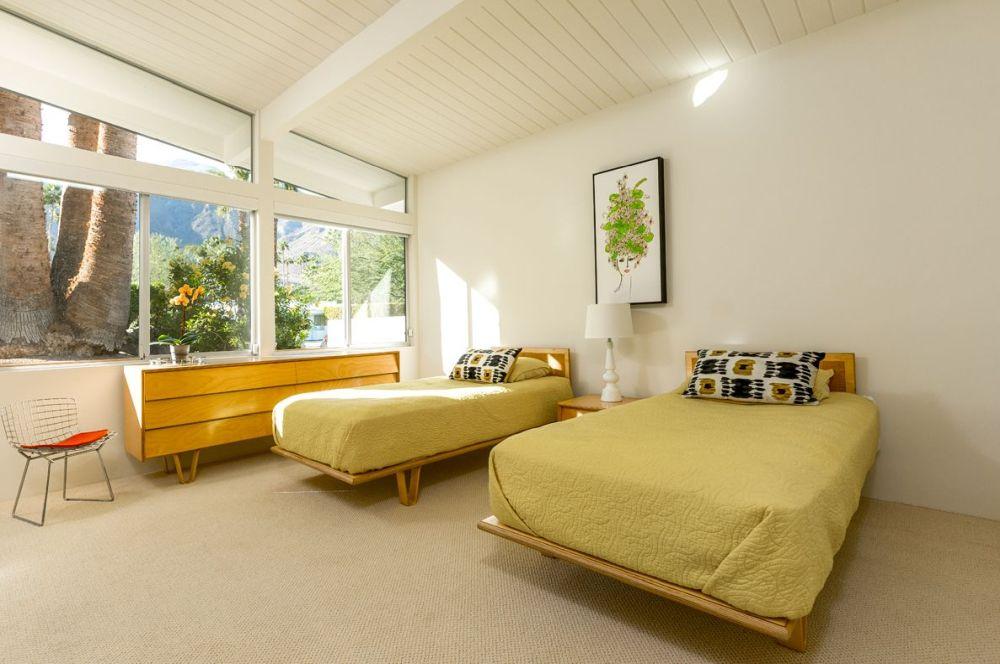 Kamar tidur bergaya mid-century modern warna lembut, karya Charles Dubois // curbed.com